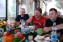 Irská kapela Sliotar na snídani v kempu Žralok