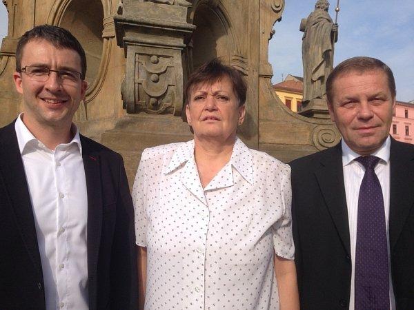 SE SVATOU TROJICÍ. Kandidáti TOP 09vOlomouci před komunálními volbami pózovali usloupu Nejsvětější Trojice na Horním náměstí.