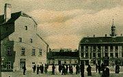 V domě sídlila kromě obecního výboru i městská spořitelna (do roku 1899) a byla zde i městská váha.