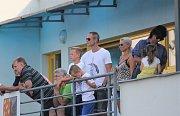 Fotbalisté Prostějova (v modrém) hráli doma s Hradcem bez branek. Utkání sledovala i čerstvá posila Jan Polák