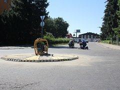 Provizorní miniokružní křižovatka má vyřešit dopravu na nebezpečné křižovatce ulic Jezdecká a Šárka