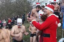 Stovka nepokořená! Do výpusti nádrže tentokrát na Štědrý den nalezlo a naskákalo 91 lidí. Chybět nemohla ani boratovic parta.
