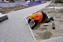 Stavebníci v těchto dnech provádějí úpravy v rámci další z etap regenerace panelového sídliště v Předmostí – chodníky se dočkají výměny, ale přibude i atraktivní dětské hřiště a sportoviště. Řidiči asi nejvíce ocení nová parkovací místa.