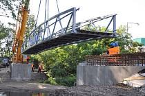 Patnáctitunový ocelový most spojil břehy říčky Hloučely na konci ulice bratří Čapků v Prostějově. Stane se součástí cyklostezky do Kostelce na Hané