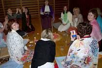 Ženský kruh, který vede v Prostějově Lucie Čapková s Anettou Pantělejevovou, propojuje tanec, setkávání, meditaci i relaxaci
