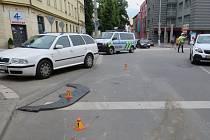 Dopravu v centru Prostějova ztížila ve čtvrtek odpoledne na dvě hodiny nehoda, při které se vysypal náklad na silnici
