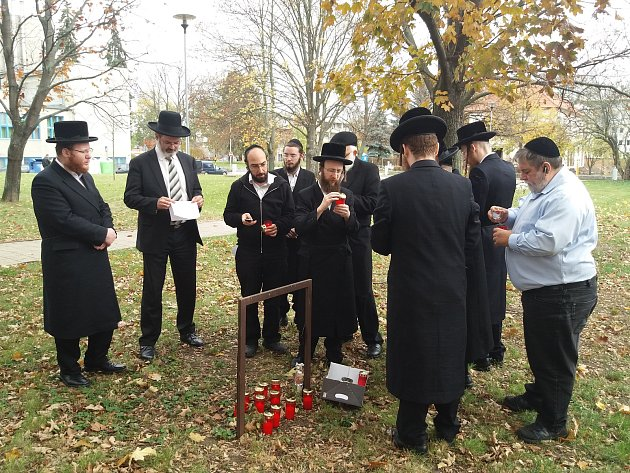 Náboženské shromáždění u hrobu bývalého prostějovského vrchního rabína Cvi Jehošui Horowitze