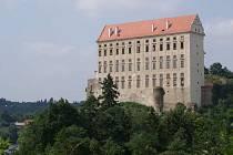 Plumlovský zámek. Vyhlídka se nachází u úpatí stavby vlevo vedle smrku