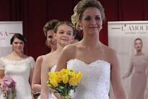 Co je módní? Jak má vypadat nevěsta? Co se jí na svatbě? To se mohli dozvědět návštěvníci Svatebního dne ve Smržicích. V sobotu byly k vidění krásné šaty či květiny a k ochutnání bylo cukroví i víno.