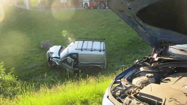 Mladík za volantem BMW nedal u Kelčic přednost a zavinil srážku.