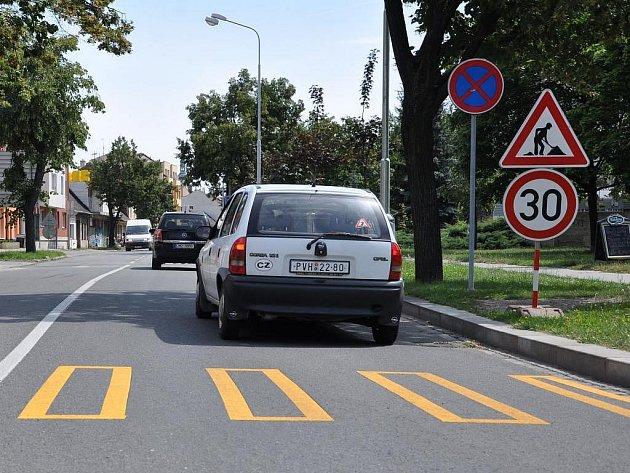 Zbytečné dopravní omezení v Kostelecké ulici