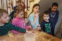 Děti se v prostějovském Špalíčku učily péct chleba
