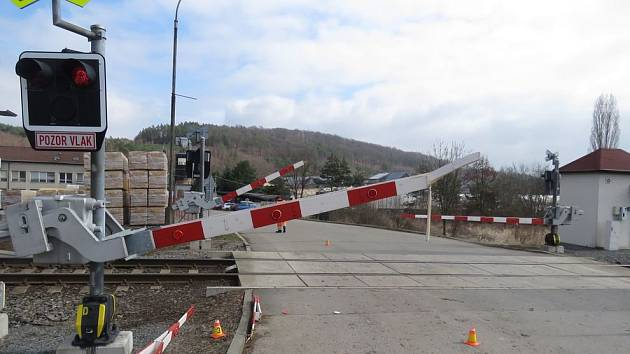 Řidič nechtěl čekat na projetí vlaku, raději zničil závory.