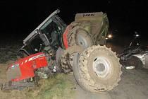 Srážka osobního auta s traktorem mezi Otinovsí a Nivou