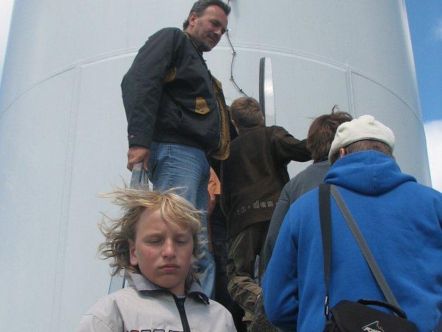 Návštěvníci větrné elektrárny v Drahanech měli při dnu otevřených dveří smůlu.