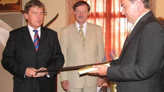 Své vyjádření k záležitosti dosud nedal šéf poslanecké sněmovny Miloslav  Vlček, který Milarovu knihu křtil v konickém zámku.