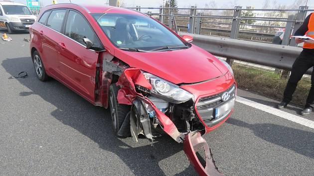Řidič nezvládl řazení do jízdního pruhu, výsledkem byla nehoda.