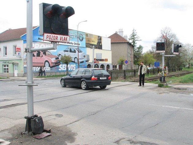 Na některých přejezdech bílé signalizační světlo chybí. Řidiči tudy musí projíždět třicetikilometrovou rychlostí.