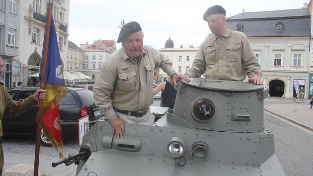 Náměstí T. G. Masaryka v Prostějově, rok 2018. Opět se centrem města ženou vojáci Rudé armády, tentokrát ovšem připomínají konec II. světové války.