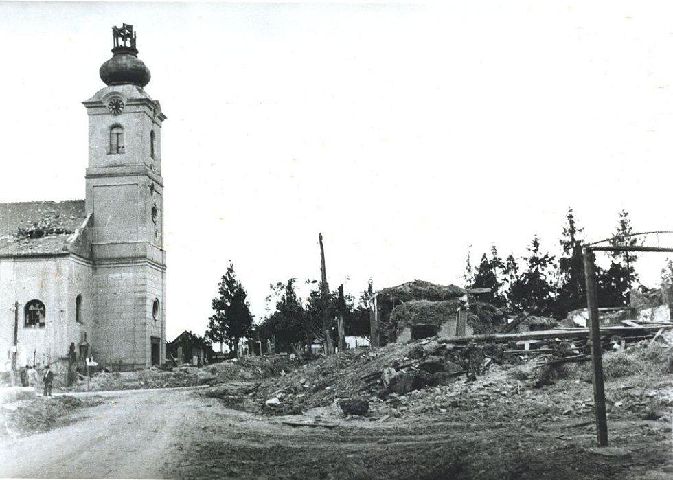 V oblasti frontové linie od Brodku u Prostějova přes Skalku až k Tovačovu probíhaly na začátku května 1945 těžké boje. Na snímku je poničený kostel v Klenovicích na Hané.