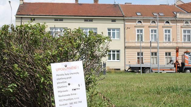 Varovné cedulky upozorňující na chemický postřik plevele v Prostějově