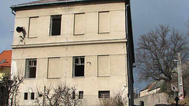 Místem, kde těď stojí stará škola v Konici, povede kanalizace.