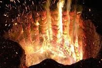 Vypalování pařezů v plumlovském kempu Žralok
