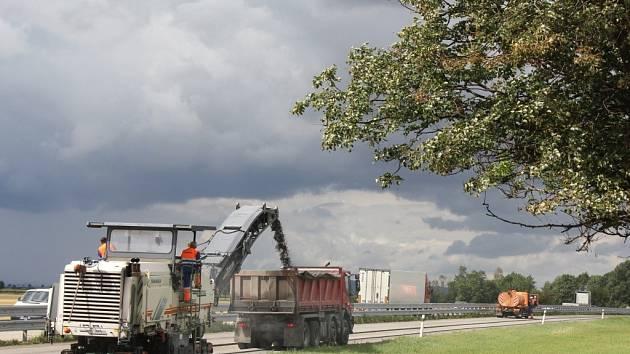 Oprava povrchu vozovky na R46
