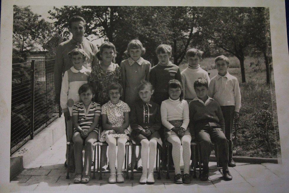 Základní škola, 1974. – Třeťáci s panem učitelem Jaroslavem Hanákem před školou v roce 1974. Dnes budova slouží jako Obecní úřad.