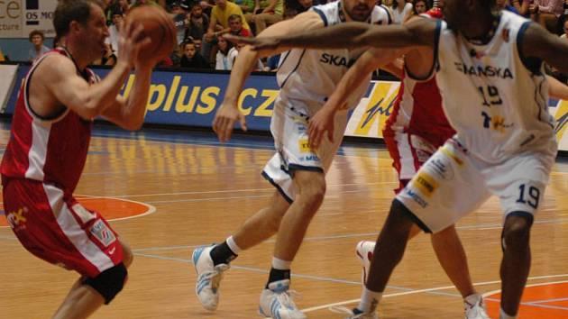 Prostějovští basketbalisté (vpravo Justin Bryan, uprostřed Daniel Novák) dokázali v domácích odvetách uhlídat Denise Mujagiče (vlevo s míčem) a také díky tomu vyřadit pardubického soka z play off.