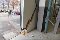 Řidička při výjezdu z budovy v Průmyslové ulici v Prostějově poničila zeď.