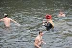 Na sedmdesát ozužilců včetně mistryně světa v zimním plavání Dany Zbořilové plavalo na Štědrý den před zraky nadšených diváků pod hrází plumlovské přehrady v Mostkovicích.