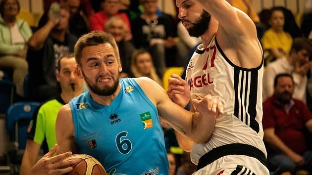 Tým BK Olomoucko (v modrém) podlehl ve čtvrtém zápase semifinále play-off Nymburku 67:102.