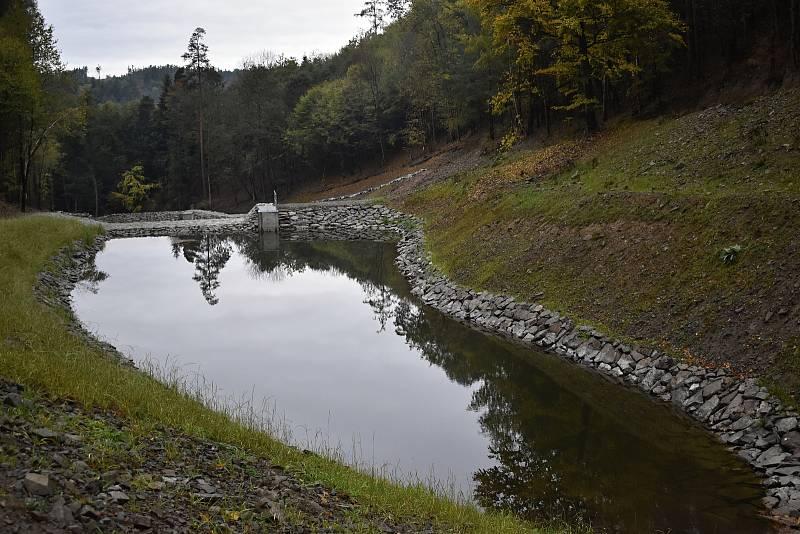 Poblíž frekventované turistické stezky mezi Stražiskem a Čunínem vznikla soustava retenčních nádrží. 7.10. 2021
