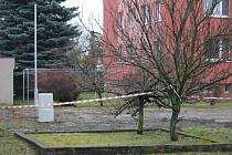 Na tomto místě mají v Krasické vyrůst dva polyfunkční domy. Lidé přijdou o chodník a zeleň