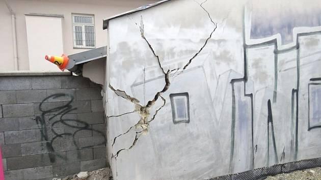 Řidič neodhadl vzdálenost. Výsledkem je poničená zeď a bloková pokuta.