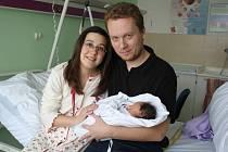 Julie Sojková s rodiči, Prostějov, narozena 26. března, 45 cm, 2450 g