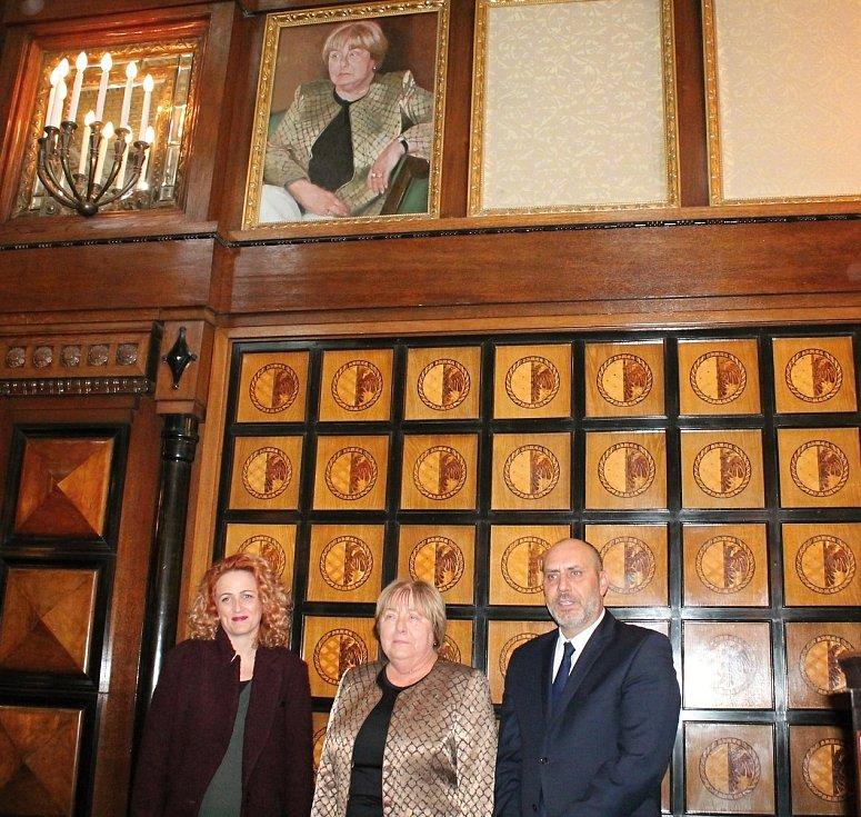 Exprimátorka Alena Rašková má svůj obraz,  (zleva) autorka Adéla Janská, exprimátorka Alena Rašková a primátor František Jura.