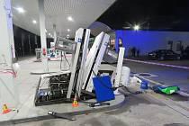 Opilý kamioňák zničil čerpací stanici v Žešově