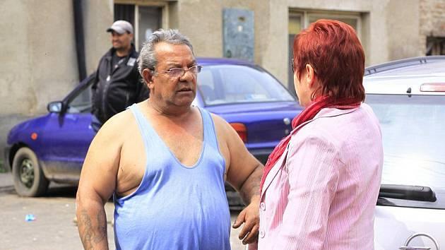 Jeden z Romů v diskusi s čelechoviskou starostkou Jarmilou Stawaritschovou