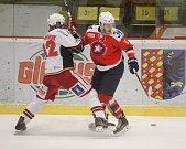 Hokejisté Prostějova (v bílém) porazili ve 49. kole Třebíč 4:1
