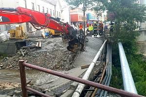V úterý večer zničil strom lávku pro pěší v Brodku u Prostějova.