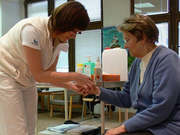 Měření hladiny cukru v krvi v prostějovské nemocnici. Ilustrační foto