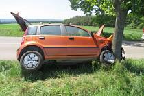 Řidič pravděpodobně usnul za volantem, skončil s autem ve stromě.