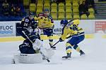 Hokejisté Přerova (ve žlutém) doma porazili Ústí nad Labem 5:2. Jakub Navrátil třikrát vymíchal Brízgalu.