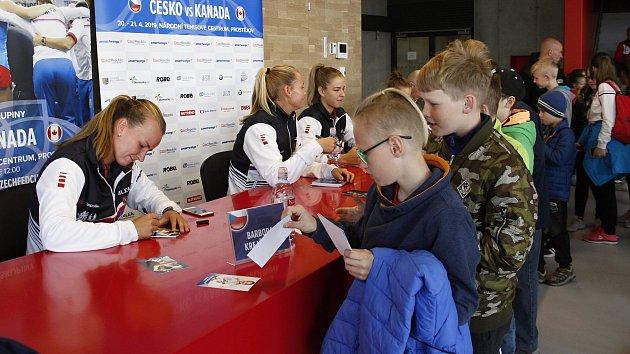 Autogramiáda s českými tenistkami před duelem s Kanadou