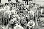 HASIČI v roce 1977. Vznik mládežnického družstva se datuje kolem roku 1983. Oddíl mládeže byl součástí místních dobrovolných hasičů od nepaměti.