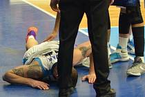 Zraněný Horák po zákroku prostějovského Norwy ve druhém čtvrtfinále