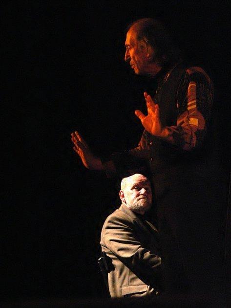 Mirek Kovářík recituje, Míťa Zikmund naslouchá.