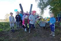 Sázení mladých stromků a keřů ve Vrchoslavicích v sobotu 12. října 2019